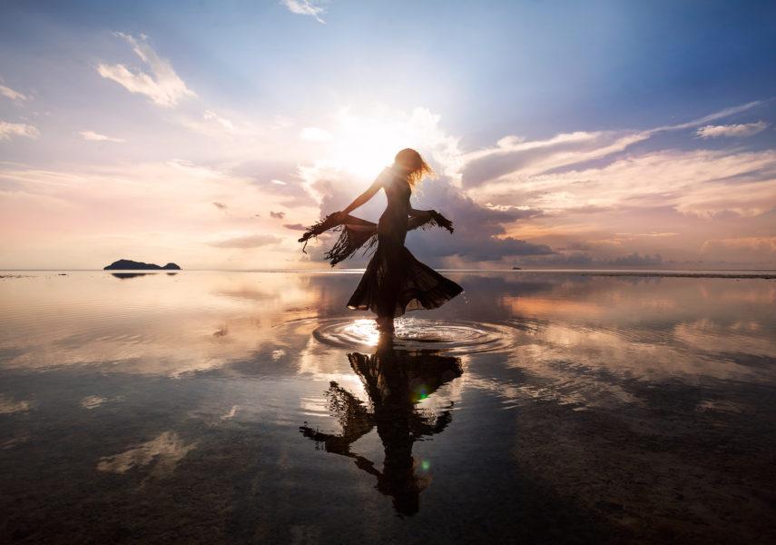 Szczęśliwa, uduchowiona piękność tańcząca nad wodą